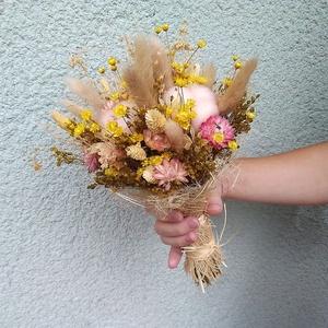 Menyasszonyi csokor sárga, rózsaszín, natúr virágokból, Esküvő, Menyasszonyi- és dobócsokor, Menyasszonyi- és dobócsokor, Virágkötés, Menyasszonyi csokor szárazvirágokból.\n\nMérete:\nMagasság: kb. 28 cm\nÁtmérő: kb. 18 cm, Meska