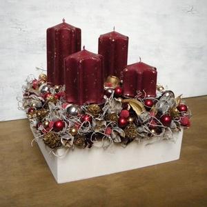 Bordó-ezüst-arany adventi asztaldísz, Karácsony & Mikulás, Adventi koszorú, Virágkötés, Adventi asztaldísz fadobozban termésekkel és gömbökkel díszítve. \n\nMérete: \nMagasság: kb. 20 cm\nSzél..., Meska