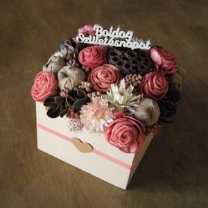 Rózsaszín-bézs virágdoboz, Otthon & Lakás, Dekoráció, Asztaldísz, Virágdoboz kézzel festett fadobozban szárazvirágokból és termésekből.  Mérete: Szélesség: kb. 13 cm ..., Meska