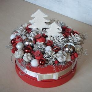 Karácsonyi virágdoboz (nagy méret), Karácsony & Mikulás, Karácsonyi dekoráció, Virágkötés, Karácsonyi virágdoboz termésekből és üveggömbökből. A tobozokat és a fa fenyőfákat kézzel festettem ..., Meska