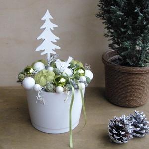 Zöld-fehér karácsonyi asztaldísz fenyőfával és kis madárral, Karácsony, Karácsonyi lakásdekoráció, Virágkötés, Meska