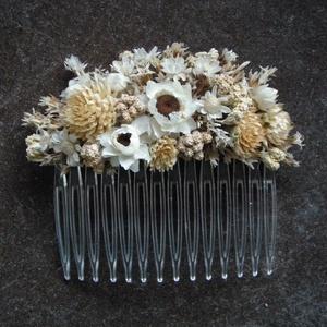 Hajdísz fehér és krémszínű virágokból, Esküvő, Hajdísz, Fésűs hajdísz, Virágkötés, Hajdísz menyasszonyoknak, koszorúslányoknak. Műanyag hajfésűre készült szárazvirágokból és termésekb..., Meska