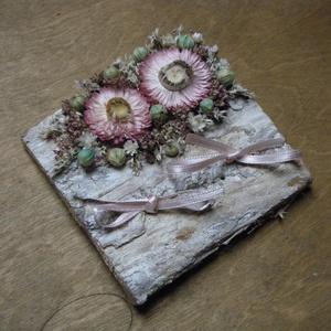 Gyűrűtartó rózsaszín, fehér és halványkék virágokkal díszítve, Esküvő, Kiegészítők, Gyűrűtartó & Gyűrűpárna, Gyűrűtartó fakéreg alapon szárazvirágokkal díszítve.  Mérete: 10x10 cm, Meska