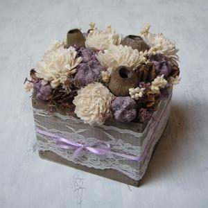 Virágdoboz lila és krémfehér szárazvirágokkal, Otthon & Lakás, Dekoráció, Asztaldísz, Virágkötés, Virágdoboz fadobozban szárazvirágokból és termésekből.\n\nMérete:\nSzélesség: kb. 12 cm\nMagasság: kb. 1..., Meska