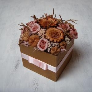 Rózsaszín-bronz virágdoboz, Otthon & Lakás, Dekoráció, Asztaldísz, Virágkötés, Virágdoboz szárazvirágokból, termésekből és polifoam rózsákból fadobozban.\n\nMérete:\nSzélesség: kb. 1..., Meska