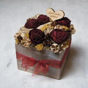 Bordó-sárga virágdoboz, Otthon & Lakás, Dekoráció, Asztaldísz, Virágkötés, Virágdoboz szárazvirágokból és termésekből.\n\nMérete:\nMagasság: kb. 12 cm\nSzélesség: kb. 13 cm\n\nAz al..., Meska