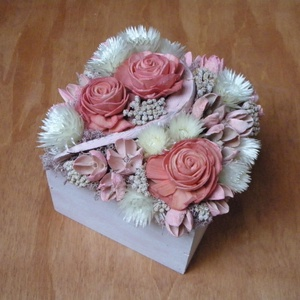 Virágdoboz rózsaszín és fehér virágokkal, Otthon & Lakás, Dekoráció, Asztaldísz, Virágkötés, Virágdoboz szárazvirágokból és termésekből, kézzel festett fadobozban. \n\nMérete:\nMagasság: kb. 12 cm..., Meska