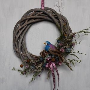 Tavaszi koszorú lila és kék színben kismadárral, Otthon & Lakás, Dekoráció, Ajtódísz & Kopogtató, Virágkötés, Vessző alapra készült koszorú, szárazvirágokkal díszítve, madár figurával.\n\nMérete:\nÁtmérő: kb. 15 c..., Meska