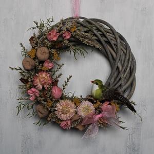 Tavaszi kopogtató rózsaszín virágokkal, Otthon & Lakás, Dekoráció, Ajtódísz & Kopogtató, Virágkötés, Tavaszi kopogtató vessző alapon szárazvirágokkal, termésekkel, madár figurával díszítve.\n\nMérete:\nÁt..., Meska