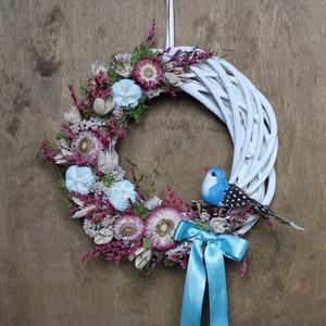 Kék és rózsaszín tavaszi kopogtató, Otthon & Lakás, Dekoráció, Ajtódísz & Kopogtató, Virágkötés, Tavaszi kopogtató vessző alapon szárazvirágokkal, termésekkel, madár figurával díszítve.\n\nMérete:\nÁt..., Meska