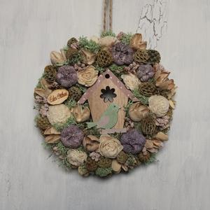 Kicsi tavaszi kopogtató, Otthon & Lakás, Dekoráció, Ajtódísz & Kopogtató, Virágkötés, Tavaszi kopogtató pasztell színű szárazvirágokból és termésekből fa madáretetővel.\n\nMérete:\nÁtmérő: ..., Meska