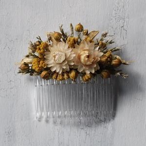 Hajdísz natúr és sárga szárazvirágokkal, Esküvő, Hajdísz, Fésűs hajdísz, Virágkötés, Hajdísz menyasszonyoknak, koszorúslányoknak. Műanyag hajfésűre készült szárazvirágokból és termésekb..., Meska
