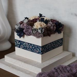 Kék-lila virágdoboz, Otthon & Lakás, Dekoráció, Asztaldísz, Virágkötés, Virágdoboz szárazvirágokból, polifoam rózsákból és termésekből, kézzel festett fadobozban.\n\nMérete:\n..., Meska