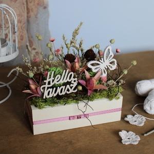 Lepkés tavaszi asztaldísz, Otthon & Lakás, Dekoráció, Asztaldísz, Virágkötés, Tavaszi asztaldísz szárazvirágokból és termésekből.\n\nMérete:\nMagasság: kb. 14-15 cm\nSzélesség: kb. 7..., Meska