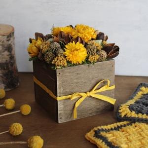 Sárga-barna virágdoboz, Otthon & Lakás, Dekoráció, Asztaldísz, Virágkötés, Virágdoboz szárazvirágokból és termésekből fadobozban.\n\nMérete:\nMagasság: kb. 12 cm\nSzélesség: kb. 1..., Meska