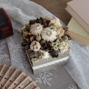 Barna-krémfehér virágdoboz, Otthon & Lakás, Dekoráció, Asztaldísz, Virágkötés, Gravírozás, pirográfia, Virágdoboz szárazvirágokból és termésekből fadobozban.\n\nMérete:\nMagasság: kb. 12 cm\nSzélesség: kb. 1..., Meska