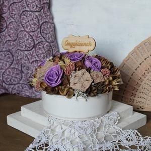Asztaldísz lila rózsákkal, Otthon & Lakás, Asztaldísz, Dekoráció, Asztalísz kerámia tálban lila rózsából, termésekből.   Méretei:  Átmérő: kb. 15 cm  Magasság: kb. 11..., Meska