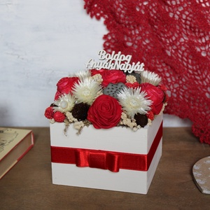Virágdoboz piros rózsákkal, Otthon & Lakás, Dekoráció, Asztaldísz, Virágdoboz szárazvirágokból és termésekből.  Mérete: Magasság: kb. 12 cm Szélesség: kb. 12 cm  Az al..., Meska
