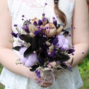 Lila menyasszonyi csokor, Esküvő, Menyasszonyi- és dobócsokor, Menyasszonyi- és dobócsokor, Virágkötés, Menyasszonyi csokor szárazvirágokból és tartósított levelekből.\n\nMérete:\nMagasság: kb. 35-37 cm\nSzél..., Meska