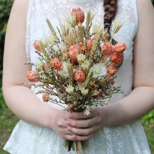 Barackszínű-natúr menyasszonyi csokor, Esküvő, Menyasszonyi- és dobócsokor, Menyasszonyi- és dobócsokor, Virágkötés, Laza menyasszonyi csokor szárazvirágokból.\n\nMérete:\nMagasság: kb. 34 cm\nSzélesség: kb. 20 cm, Meska