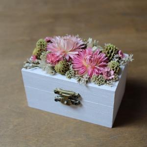 Gyűrűtartó dobozka rózsaszín, zöld, fehér szárazvirágokkal díszítve, Esküvő, Kiegészítők, Gyűrűtartó & Gyűrűpárna, Gyűrűtartó dobozka fehérre festett fából rózsaszín, zöld, fehér szárazvirágokkal díszítve. Belül szá..., Meska
