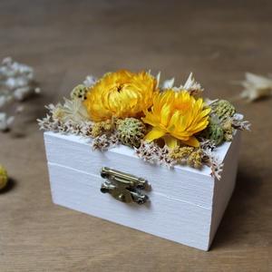 Gyűrűtartó dobozka fehér, sárga, zöld szárazvirágokkal díszítve, Esküvő, Kiegészítők, Gyűrűtartó & Gyűrűpárna, Gyűrűtartó dobozka fehérre festett fából sárga, zöld, fehér szárazvirágokkal díszítve. Belül száraz ..., Meska