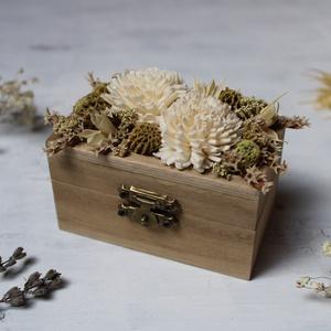 Gyűrűtartó dobozka fehér és zöld szárazvirágokkal díszítve, Esküvő, Kiegészítők, Gyűrűtartó & Gyűrűpárna, Gyűrűtartó dobozka fából zöld és fehér szárazvirágokkal díszítve. Belül száraz tűzőhabbal magasítva,..., Meska