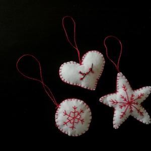 Karácsonyi filc díszek, Otthon & Lakás, Dekoráció, Függődísz, Hímzés, Varrás, Karácsonyi díszek egy szettben fehér-piros színekben. Fehér filcből, piros cérnával készítettem.\nEgy..., Meska