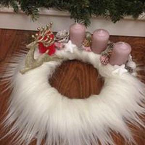 Adventi koszorú , Otthon & lakás, Lakberendezés, Asztaldísz, Virágkötés, 25 cm-es szalma alapra hófehér műszőrmét ragasztottam. A gyertyák elhelyezése után a karácsony színe..., Meska