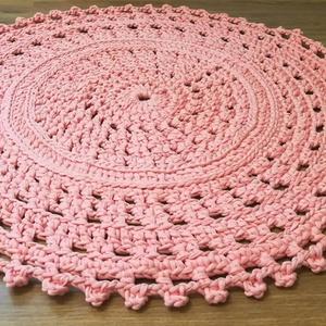 Rózsaszín horgolt csipke szőnyeg, Lakberendezés, Otthon & lakás, Lakástextil, Szőnyeg, Horgolás, Ezt a selyemfényű, barackrózsaszín csipke mintás szőnyeget, pólófonalból horgoltam. átmérője 72cm, s..., Meska
