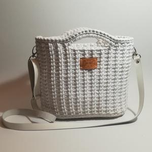"""Fehér kötött hatású táska, Táska, Divat & Szépség, Táska, Horgolás, \"""" Mint egy téli pulcsi\""""  Igazán egyedi, ez a fehér, kötött mintát bemutató horgolt táska.  Krémszínű..., Meska"""