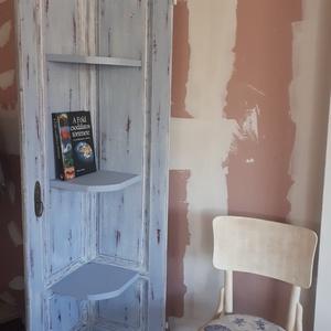 Vintage könyvespolc-ajtóból, Otthon & lakás, Bútor, Polc, Famegmunkálás, Festett tárgyak, Egy kis átalakításon esett át az ajtó és könyvespolc lett belőle.\nMeseszép kék és krémfehér krétafes..., Meska