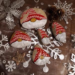 Festett kavics - Télapó, Karácsony, Karácsonyi dekoráció, Otthon & lakás, Dekoráció, Ünnepi dekoráció, Festett tárgyak, Egyedi kézzel festett kavicsok télapó motívummal. A kavicsokat akrilfestékkel festettem, majd selyem..., Meska