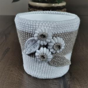 Horgolt kaspó virág díszítéssel, Otthon & lakás, Lakberendezés, Dekoráció, Horgolás, Horgolt kaspó, melyet virágok díszítenek.\n\nA termék tartalmaz egy műanyag kaspót, illetve egy méretb..., Meska