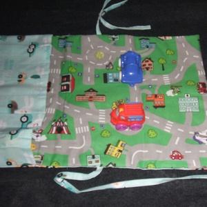 Hordozható autósszőnyeg/autópálya, Gyerek & játék, Játék, Baba játék, Készségfejlesztő játék, Varrás, Autósszőnyeg mérete  46 x 30 cm, zseb mérete \n12x30 cm. \nNégy kisautó tárolására alkalmas, összehajt..., Meska