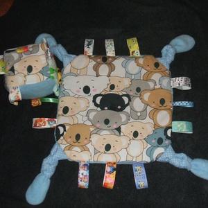 Címkepárna és babakocka együtt babalátogatóba, Gyerek & játék, Játék, Baba játék, Készségfejlesztő játék, Varrás, A párna 28x28 cm-es, 3 rétegű. Egyik oldala mintás anyag, másik oldala pedig thermo, középen pedig v..., Meska