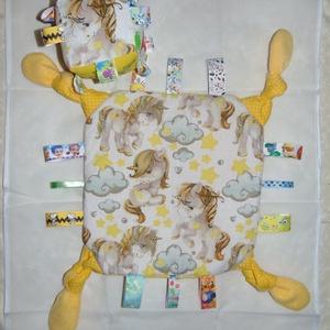 Címkepárna és babakocka együtt babalátogatóba, Játék & Gyerek, 3 éves kor alattiaknak, Alvóka & Rongyi, Varrás, A párna 28 x 28 cm-es, 3 rétegű. Egyik oldala mintás anyag, másik oldala pedig thermo, középen pedig..., Meska