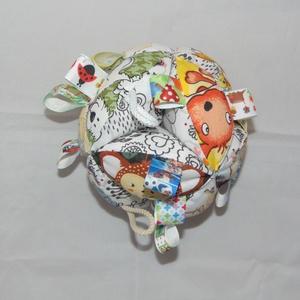 Címkés csörgő babalabda- állatkás, Játék & Gyerek, 3 éves kor alattiaknak, Babalabda, Varrás, 12 db cikkelyből készült babalabda. A kicsik figyelmét felkeltő színes,  anyagból készült. A cikkek ..., Meska