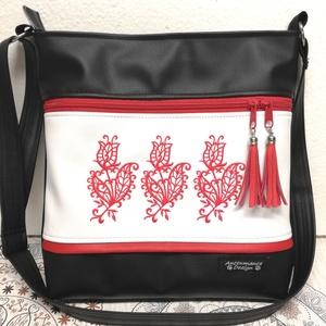 Hímzett 30x30-as pakolós válltáska oldaltáska piros tulipánok , Táska & Tok, Kézitáska & válltáska, Vállon átvethető táska, Varrás, Hímzés, Fekete és fehér textilbőrből készült ez a pakolós táska.\nElejét gépi hímzés díszíti,3 szál dekoratív..., Meska