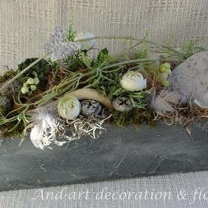 Tavaszi modernitás asztaldísz. Tavaszi,húsvéti asztaldísz., Dekoráció, Otthon & lakás, Ünnepi dekoráció, Lakberendezés, Asztaldísz, Famegmunkálás, Virágkötés, Modern beton hatású ládánkat díszítettem,egyedileg hozzá készített  gyurma díszekkel és selyem virág..., Meska
