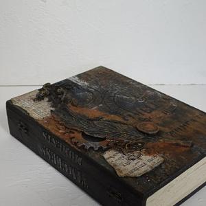 Időtlen, steampunk hatású tároló, könyv doboz., Otthon & Lakás, Tárolás & Rendszerezés, Íróasztali tároló, Mindenmás, Festett tárgyak, Vegyes technikával készült ez a steampunk hatású tároló, könyv doboz. Nem csak férfiaknak..\nAz időtl..., Meska