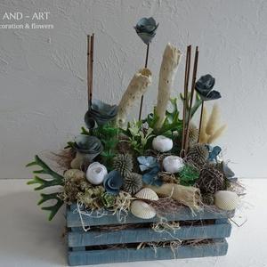 Tengerre...Nyári dekoráció., Otthon & lakás, Dekoráció, Lakberendezés, Asztaldísz, Famegmunkálás, Virágkötés, Egyedi készítésű fa ládába került ez a kékes árnyalatú, nyári száraz virág dekoráció.\nMérete: 28 cm ..., Meska
