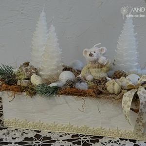 Mackós adventi dísz-vintage stílusban., Otthon & lakás, Dekoráció, Ünnepi dekoráció, Karácsony, Karácsonyi dekoráció, Lakberendezés, Asztaldísz, Koszorú, Famegmunkálás, Virágkötés, Készítettünk egy fa ládát, melyet fehér színűre festettünk, lakkoztunk. Csipke mintát kapott.\nKedves..., Meska