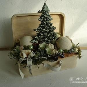 Karácsonyi asztaldísz, kandallódísz., Adventi koszorú, Karácsony & Mikulás, Otthon & Lakás, Festett tárgyak, Virágkötés, Klasszikus megoldással készült ez a kedves  bőrönd, tele  karácsonyi-téli hangulattal kedves romanti..., Meska