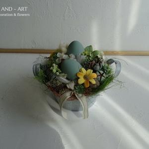 Húsvéti asztaldísz-dekoráció., Otthon & lakás, Dekoráció, Ünnepi dekoráció, Húsvéti díszek, Lakberendezés, Asztaldísz, Virágkötés, Nagyobb méretű, kosár formájú bádog tálba készítettem ezt a tavaszi kompozíciót. Kézzel festett poli..., Meska