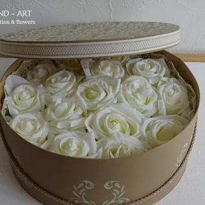 Nagyméretű romantikus virágdoboz., Otthon & lakás, Dekoráció, Lakberendezés, Esküvő, Meghívó, ültetőkártya, köszönőajándék, Ünnepi dekoráció, Ballagás, Decoupage, transzfer és szalvétatechnika, Virágkötés, Készítettem egy nagy méretű kalapdobozt, visszafogott finom mintával, kellemes mogyoró színben.\nGyön..., Meska