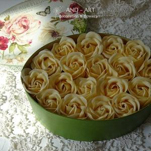 Illatos rózsa-egyedi dobozban., Esküvő, Otthon & lakás, Dekoráció, Ünnepi dekoráció, Ballagás, Lakberendezés, Asztaldísz, Decoupage, transzfer és szalvétatechnika, Festett tárgyak, Decoupage technikával díszített kézi festésű dobozban kapható illatos szappan rózsa.\nEgyetlen ajándé..., Meska