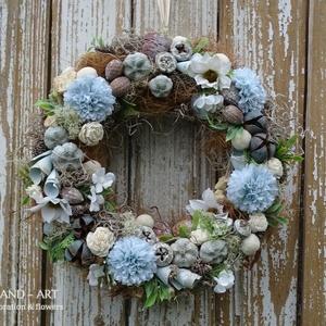 Tavaszi-nyári kopogtató kékben., Otthon & lakás, Dekoráció, Dísz, Lakberendezés, Ajtódísz, kopogtató, Virágkötés, Üde hamvas ajtódísz a kék árnyalataiból,selyemvirágok és termések felhasználásával.\nMérete: 25-27 cm..., Meska