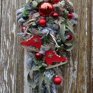 Egyedi formájú klasszikus kopogtató-ünnepi dísz., Karácsony & Mikulás, Karácsonyi kopogtató, Gyurma, Virágkötés, Különleges formájú ajtódísz, hagyományos karácsonyi színekkel készítettem.\nA korcsolya egyedileg kés..., Meska