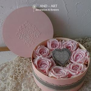 Valentin napi ajándék élethű rózsákkal, egyedi dobozban., Otthon & Lakás, Dekoráció, Asztaldísz, Festett tárgyak, Virágkötés, Egyedi festésű 3 d mintával díszített elegáns dobozba kerültek ezek a gyönyörű, élethű rózsák. Közép..., Meska